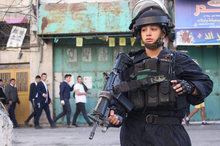 مستوطنون يقتحمون مدينة الخليل بحماية قوات الاحتلال الاسرائيلي