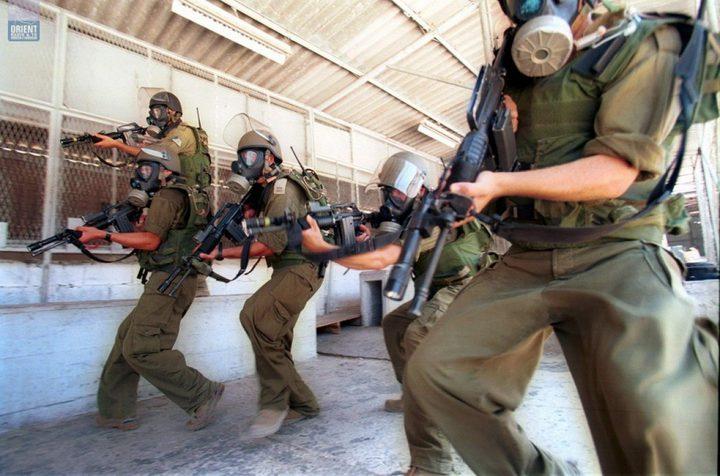 """قوات الاحتلال تقتحم سجن """"نفحة"""" وتعتدي على الأسرى"""