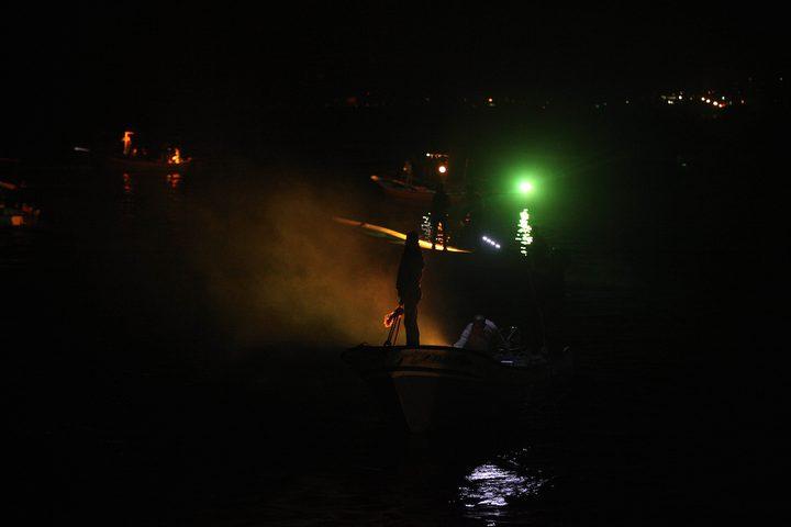 """مواطنون يشحنون سفن تضامنية مع النساء في إطار حملة """"العنف ضد المرأة"""" في قطاع غزة"""