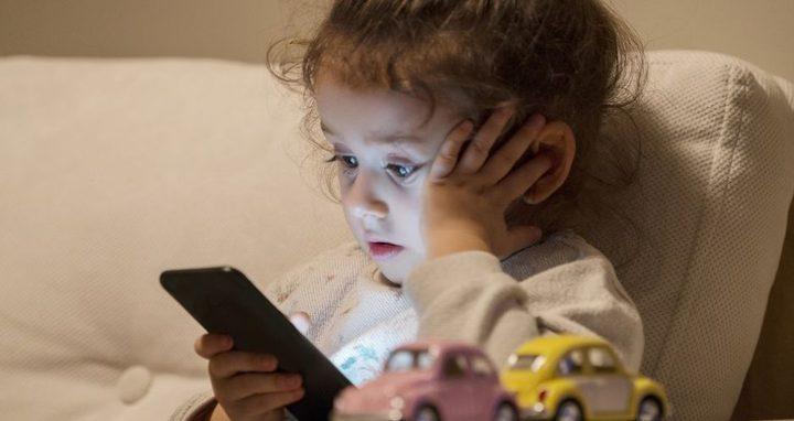 دراسة تكشف أن الأمهات سبب إدمان الأطفال على الهواتف الذكية