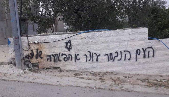 مستوطنون يخطون شعارت عنصرية في بيت لحم