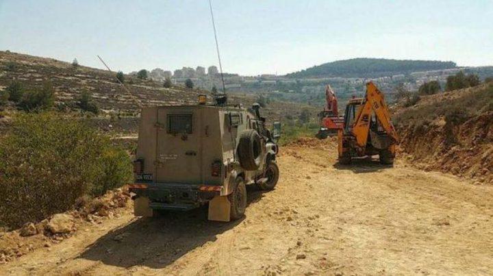 الاحتلال يوقف العمل بشق طرق زراعية غرب الخليل