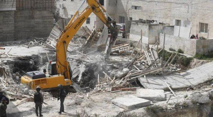 قوات الاحتلال تهدم أربعة منازل أسرى في الخليل