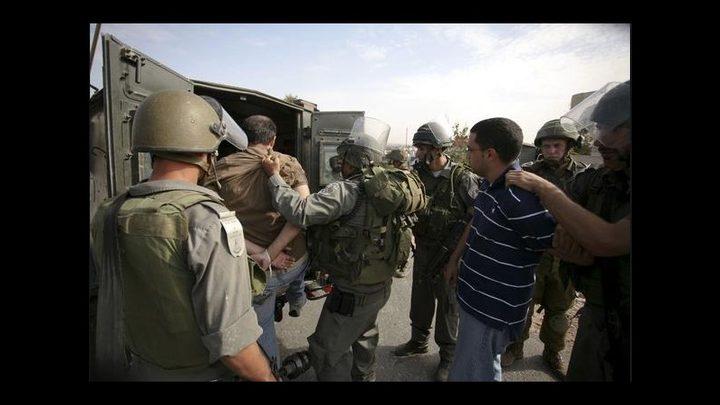 الاحتلال يعتقل مواطنين على حاجز عسكري