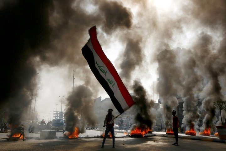 محتجون يغلقون طرقا وجسورا في محافظة ذي قار العراقية
