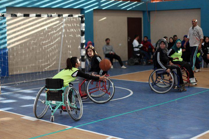 نساء فلسطينيات من ذووي الاحتياجات الخاصة يشاركن في مباراة لكرة السلة على كرسي متحرك ، في مدينة غزة.