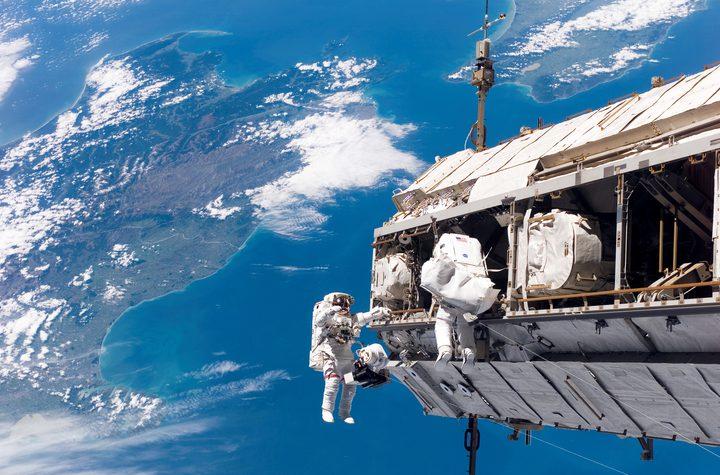 """رائدا فضاء يستكملان مهمة إصلاح مطياف """"ألفا"""" المغناطيسي"""
