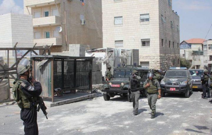 اندلاع مواجهات عقب اقتحام الاحتلال منزلين في مخيم شعفاط