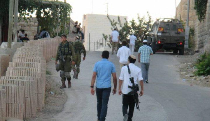 مستوطنون يعتدون على مواطن جنوب نابلس