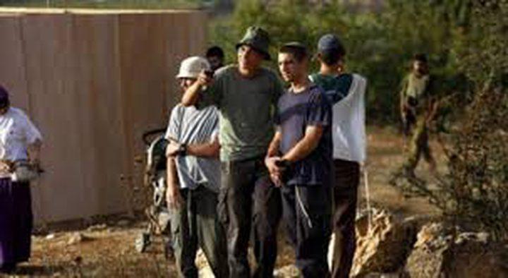مستوطنون يعيقون حركة المواطنين على طريق جنين نابلس
