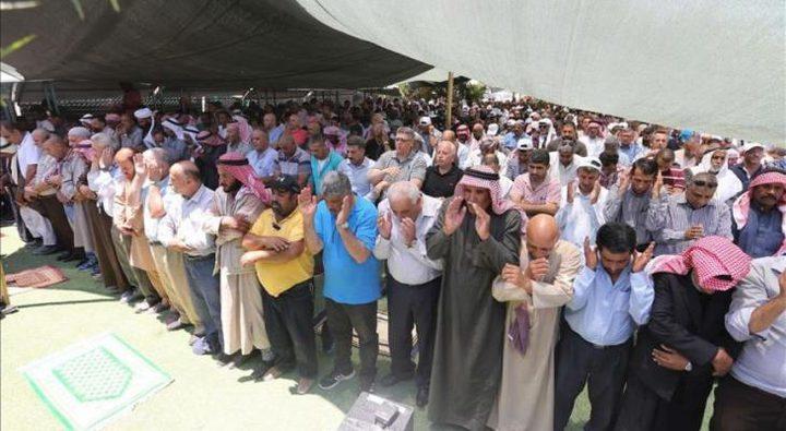 مواطنون يؤدون صلاة الجمعة على أراضيهم المهددة شمال طولكرم