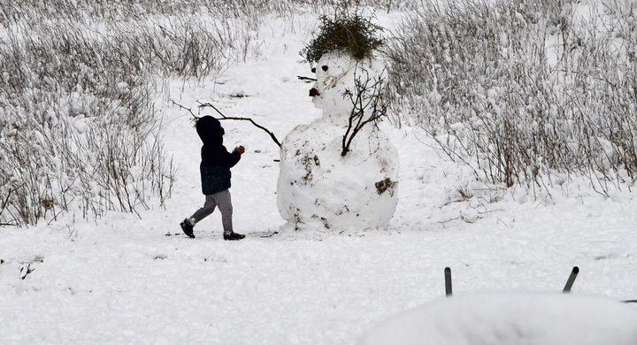 ردة فعل طفل شاهد الثلج لأول مرة