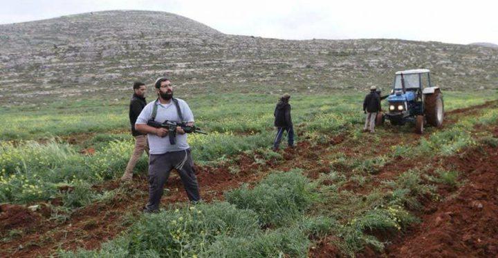 مستوطنون يمنعون مزارعا من حراثة أرضه بقرية شوفة