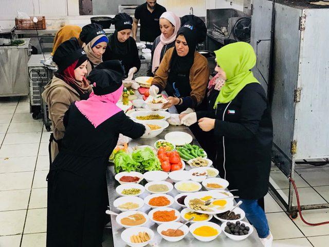 في غزة.. مبادرة لتعليم الطبخ بالمجان