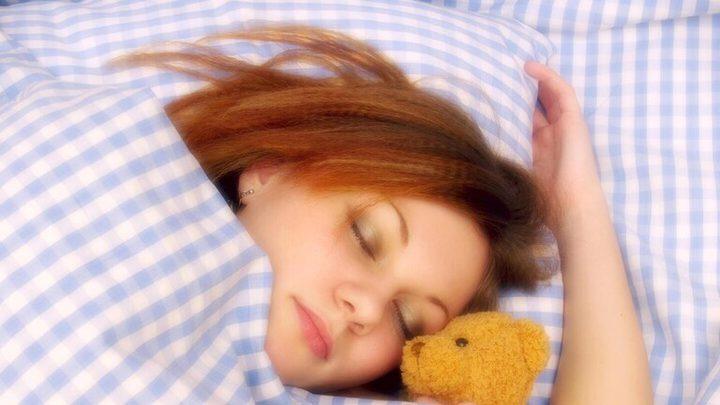 مخاطر قلة وزيادة النوم على الصحة العامة للإنسان