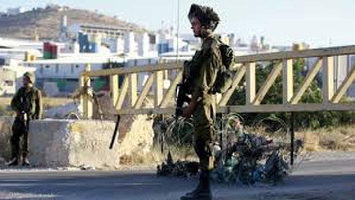 مستوطنون يغلقون مدخل العيزرية ببوابة حديدية