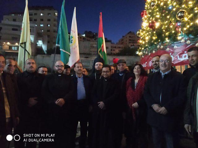 الشرطة تشارك في اضاءة شجرة عيد الميلاد المجيد في نابلس