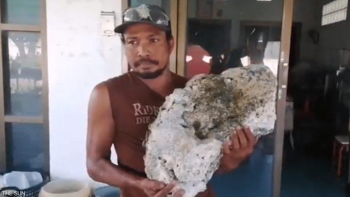 """عامل نظافة يودع الفقر بعد عثوره على """"قيء حوت باهظ الثمن"""""""