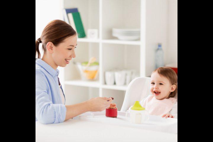 ما هو السن المناسب لإطعام طفلك الأطعمة الصلبة ؟