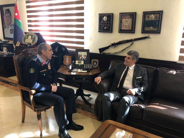 اللواء عطا الله يبحث تعزيز التعاون مع مدير الأمن العام الاردني