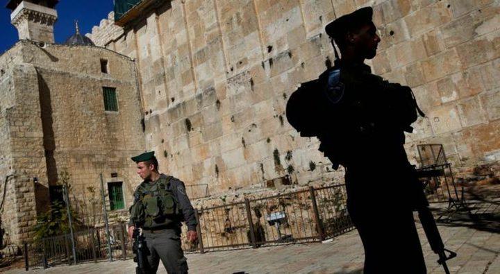 الاحتلال يضع شمعدانا على الحرم الإبراهيمي وسط الخليل