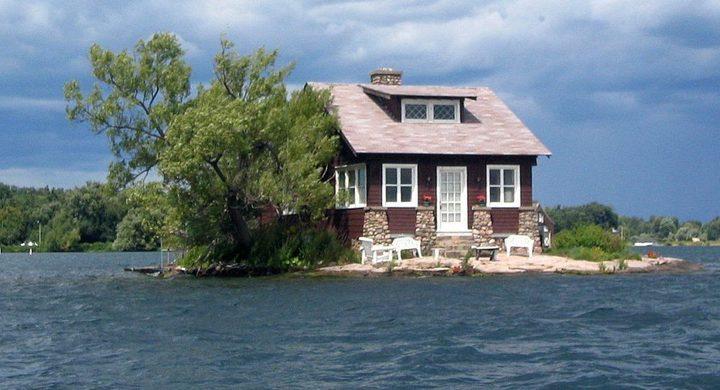 زوجان يقرران البقاء في جزيرة بعد إخلائها من السكان!