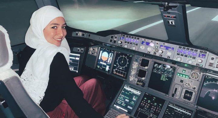 أول سورية تقود طائرة بمفردها في بريطانيا