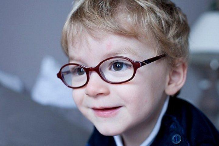 علامات تدل على أن طفلك بحاجة إلى نظارات طبية