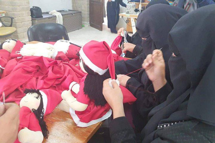 نساء يعملن في تجهيز العاب اطفال بمناسبة الكريسمس في غزة