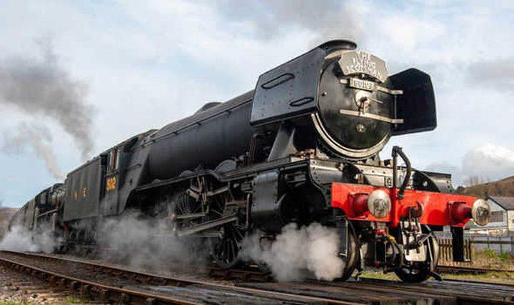 روسيا.. ثلاثة رجال يسحبون قطارا يزن 1000 طن!
