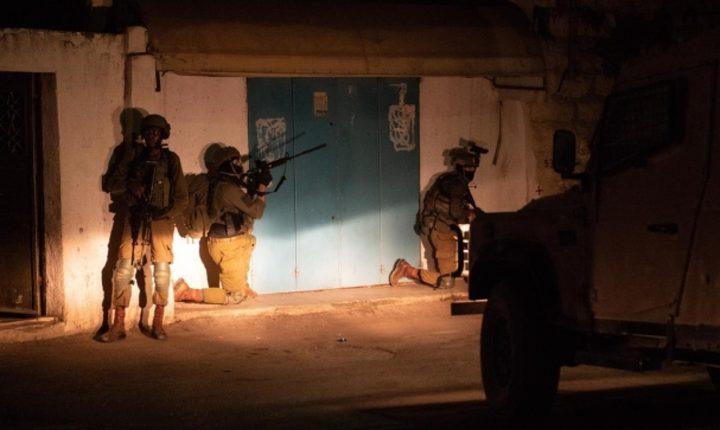الاحتلال يعتقل مواطناً غرب الخليل