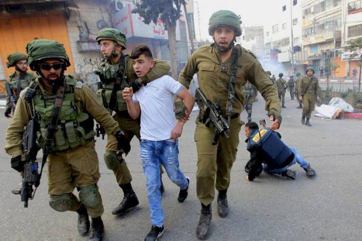 الخليل: الاحتلال يعتقل طفلا من مخيم العروب
