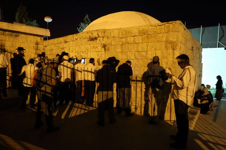 مستوطنون يقتحمون قبر يوسف وسط حراسة من قوات الاحتلال