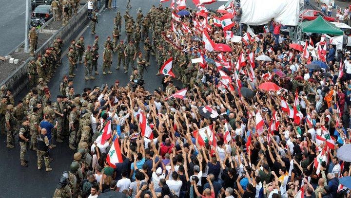 لبنانيون يتظاهرون أمام المصارف