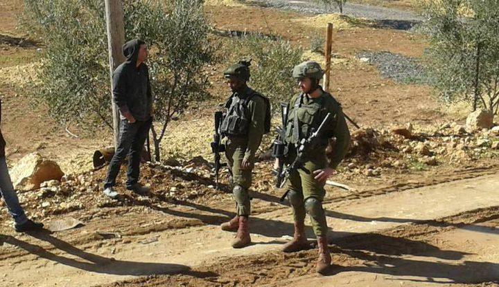 الاحتلال يخرج المواطنين من اراضيهم شمال نابلس
