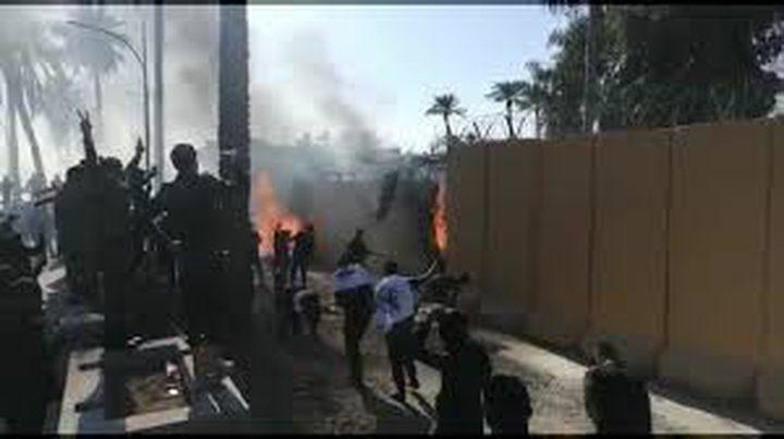 متظاهرون يحرقون بوابة السفارة الأمريكية في بغداد