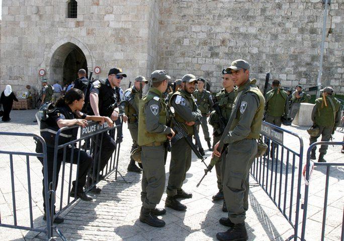 قوات الاحتلال تزيل رايات فتح من عدة أحياء في القدس