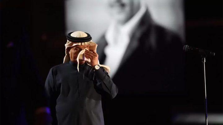 الفنان السعودي محمد عبده يبكي على المسرح