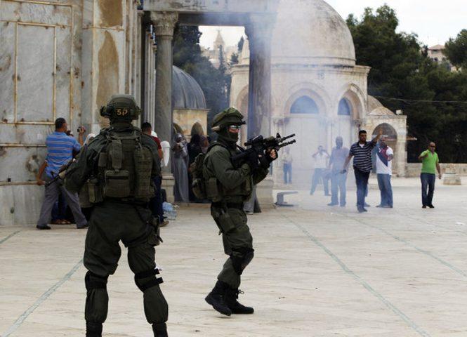"""اصابات جراء اعتداء قوات الاحتلال على المصلين في """"باب الرحمة"""""""