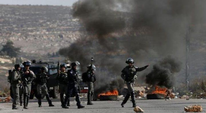 الخليل: إصابات بالاختناق خلال اقتحام الاحتلال بلدة بيت أمر