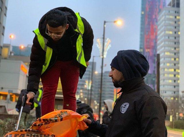 بريطانيا..مئات المسلمين يتطوعون لتنظيف مخلفات الاحتفال برأس السنة