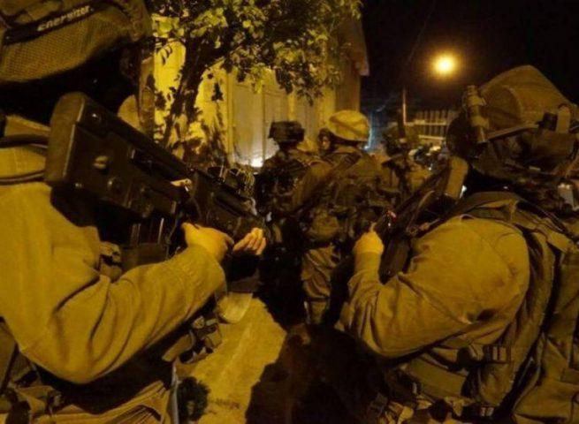 قوات الاحتلال تعتقل4 مواطنين على مدخل مخيم العروب