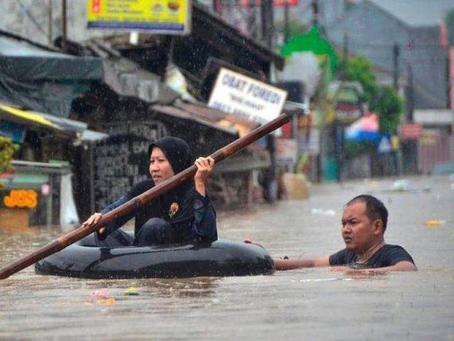 53 قتيلا جراء الفيضانات في اندونيسيا