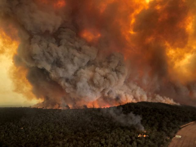 إجلاء عشرات الآلاف من سكان جنوب شرق استراليا بسبب الحرائق