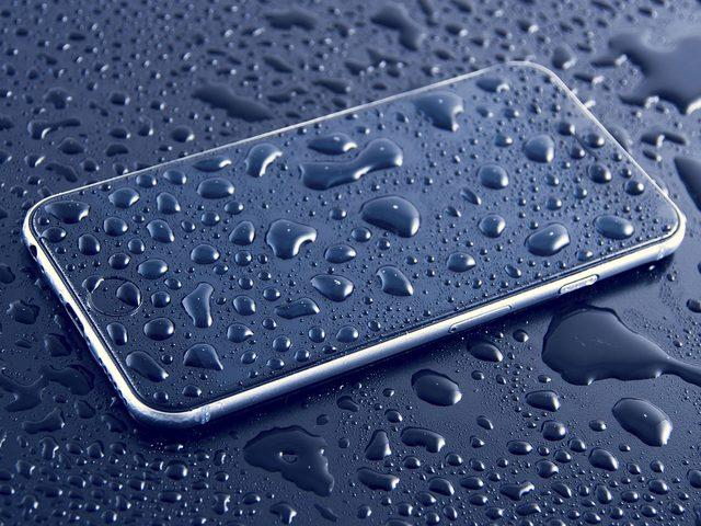 نصائح لإنقاذ الهاتف عند تعرضه لمياه الأمطار