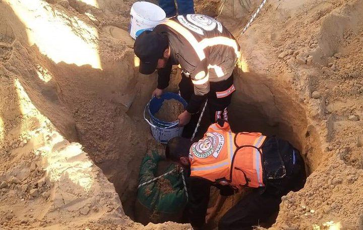 انقاذ عامل انهال عليه بئر لتفريغ مياه الصرف الصحي جنوب غزة