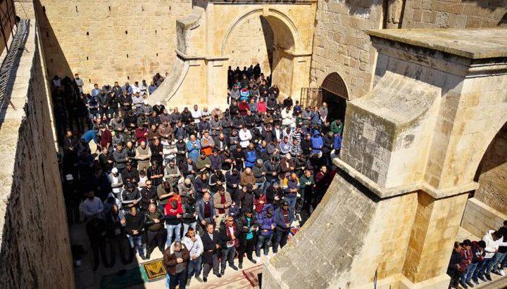 الاحتلال يعتقل 4 شبان ويعتدي على المصلين في باب الرحمة بالقدس