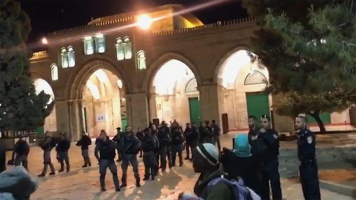الاحتلال يعتديعلى المصلين بالأقصى ويعتقل مواطنين والأردن يستنكر