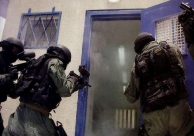 """نادي الأسير: وحدات القمع تقتحم معتقل """"مجدو"""" قسم (4)"""
