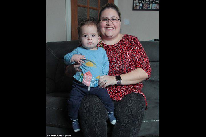 فيديو مؤثر يرصد فرحة طفل يسمع صوت أمه لأول مرة